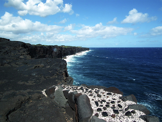 Waipi'o Black Sand Beach is located at Hawaii