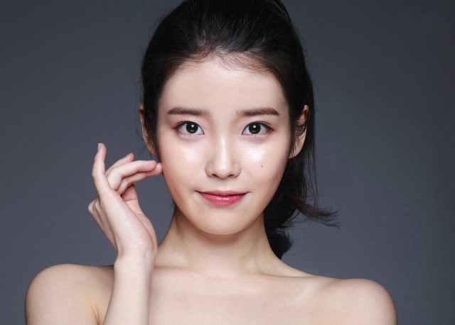 Straight brows are huge in trend in Korea